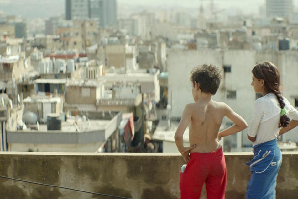 Zain (l., Zain Al Rafeea) und seine Schwester Sahar (Cedra Izam) über den Dächern von Beirut.