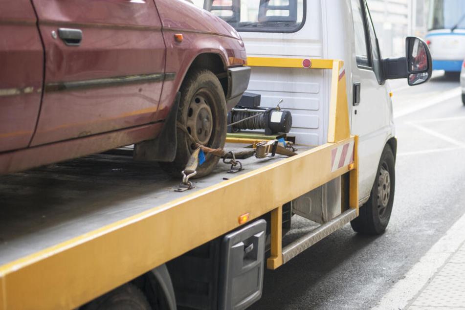 Die beiden Fahrzeuge waren nicht mehr fahrbereit und mussten abgeschleppt werden. (Symbolbild)