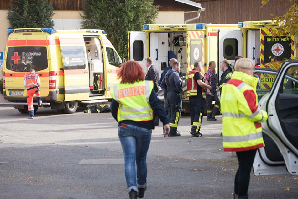 Dutzende Rettungskräfte sind an der Brandstelle im Einsatz.