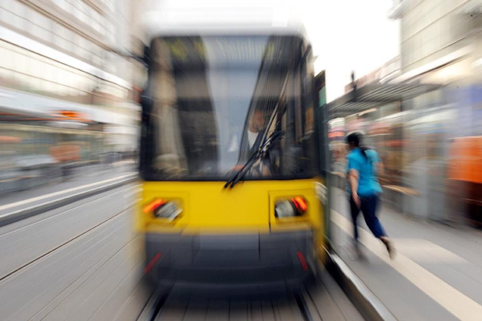 Bus, Bahn oder Fähre - Berufstätige dürfen bald weniger für ihre Monatskarte bezahlen.