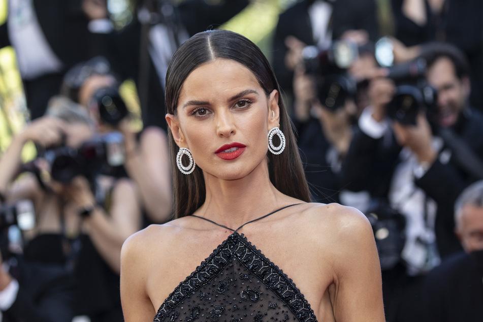 Das brasilianische Model Izabel Goulart (36), hier bei den diesjährigen Filmfestspielen in Cannes, ist die Verlobte von Eintracht-Frankfurt-Torhüter Kevin Trapp (30).