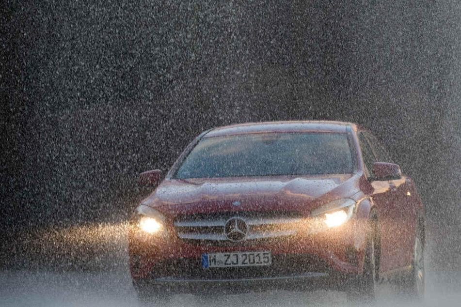 Gefahr Aquaplaning: Das solltest Du auf keinen Fall im Auto machen