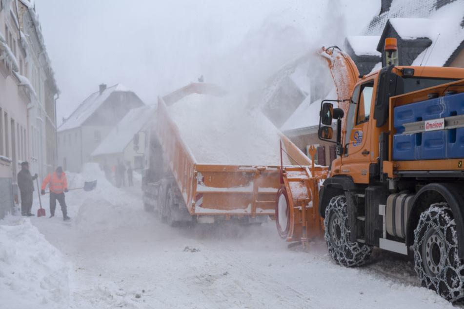 Die Schneefräse arbeitete sich am Sonnabend durch Buchholz und machte die Straßen wieder frei.