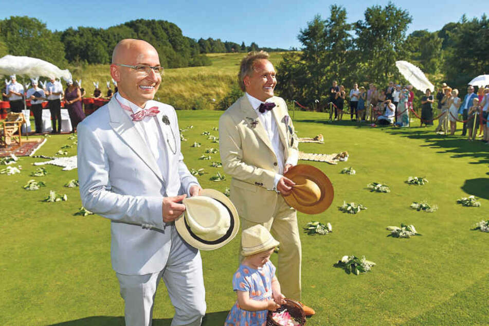 Das überglückliche, frisch getraute Paar: Bahn-Manager Sören Schürer (40, l.)  und Architekt Jens Heinrich Zander (46).