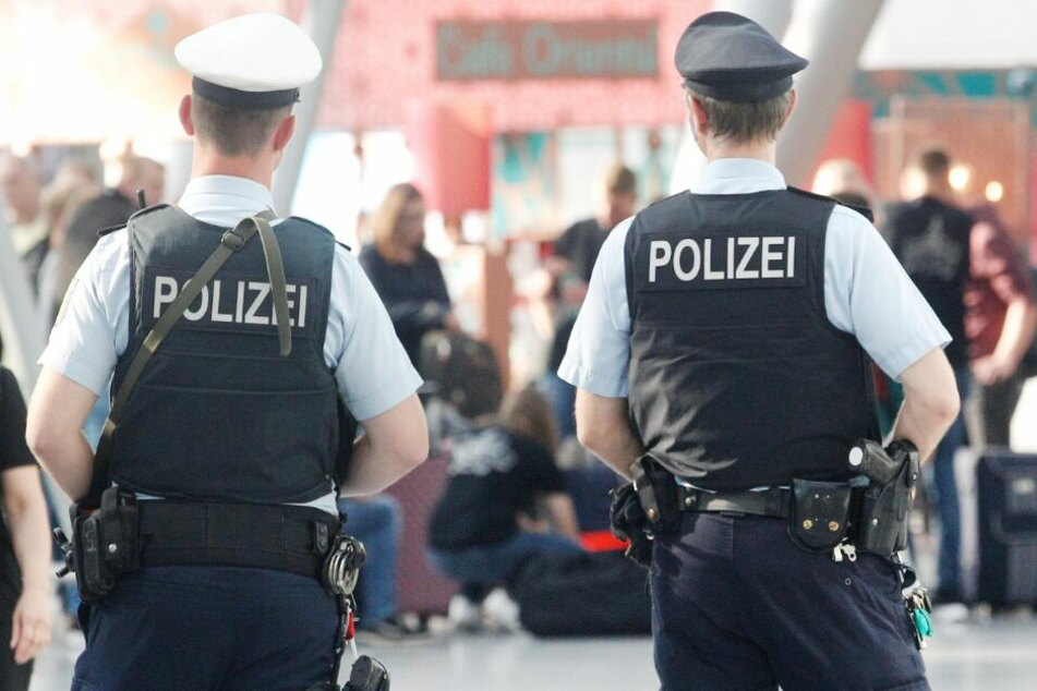 Die Polizei warnt schon seit längerem vor falschen Polizisten. (Symbolbild)
