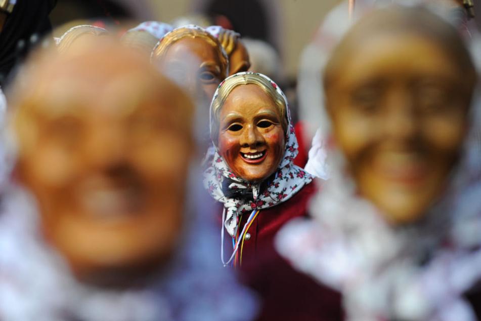 Narren in den lachenden Masken stiften Unfug. Wie sicher sind die Umzüge? (Symbolbild)