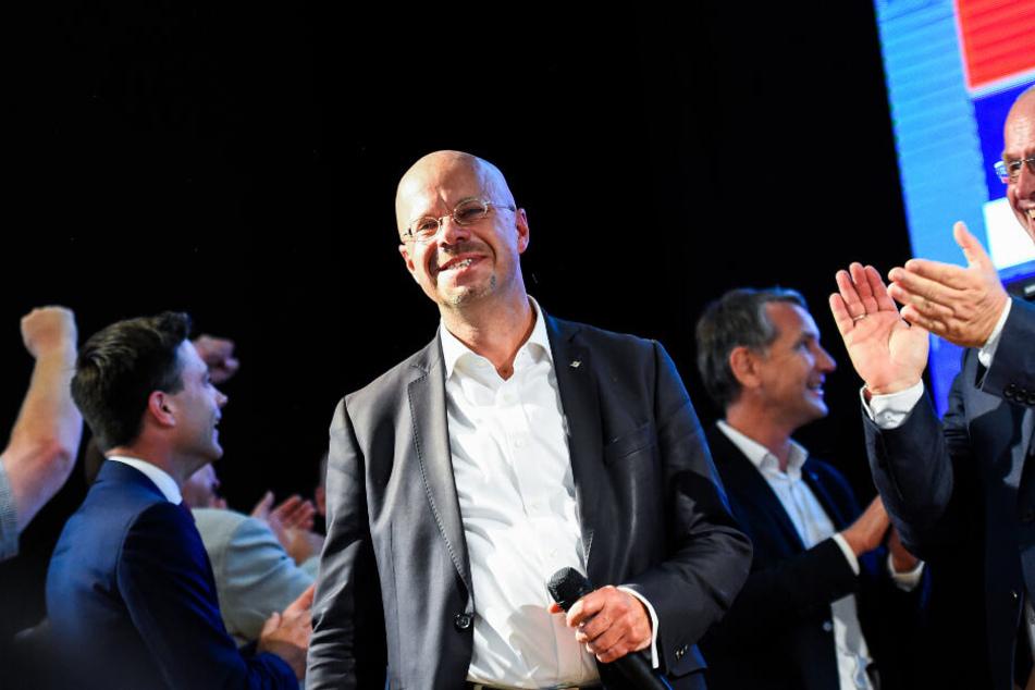 Andreas Kalbitz, Spitzenkandidat der AfD für die Landtagswahl in Brandenburg, verfolgt auf der AfD-Wahlparty die Bekanntgabe erster Ergebnisse zur Landtagswahl in Brandenburg.