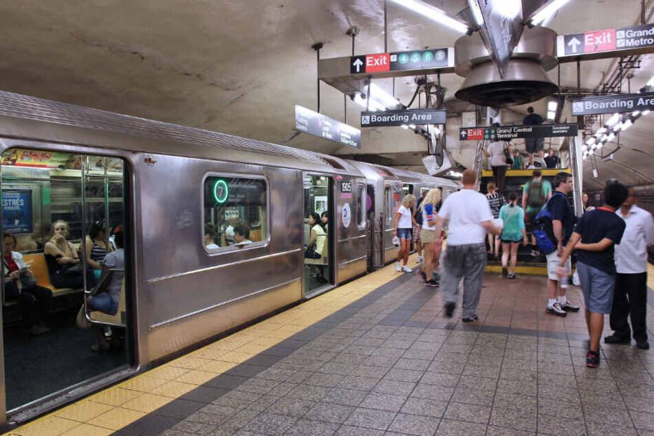 Im New Yorker Stadtbezirk Manhattan hatte ein Paar Sex in einem U-Bahnhof.