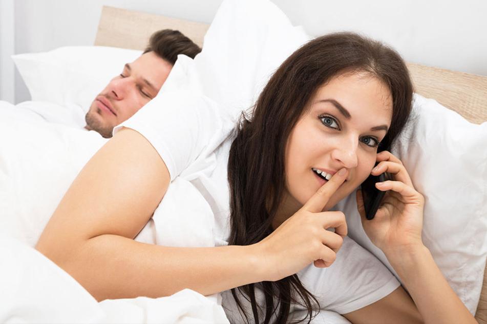 Der Partner bewacht sein Handy plötzlich wie seinen Augapfel? Da ist doch was im Busch!