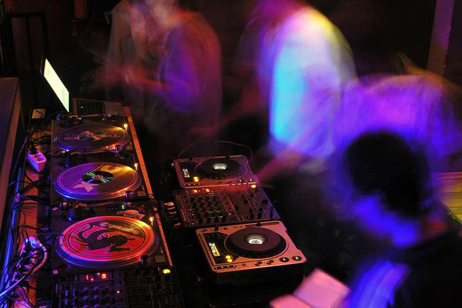 Drei Männer feierten eine lautstarke Party mit Musik. Die Polizei nahm die Männer mit ins Gefängnis.