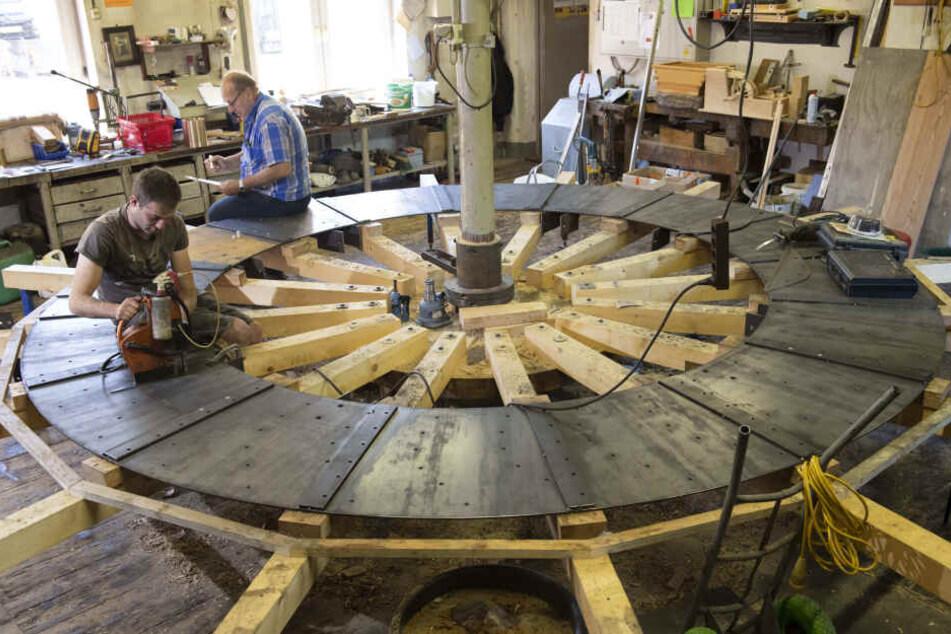 Derzeit bauen Gottfried Schumann (63, r.) und seine drei Mitarbeiter ein Wasserrad für eine Mühle in Salzhausen.
