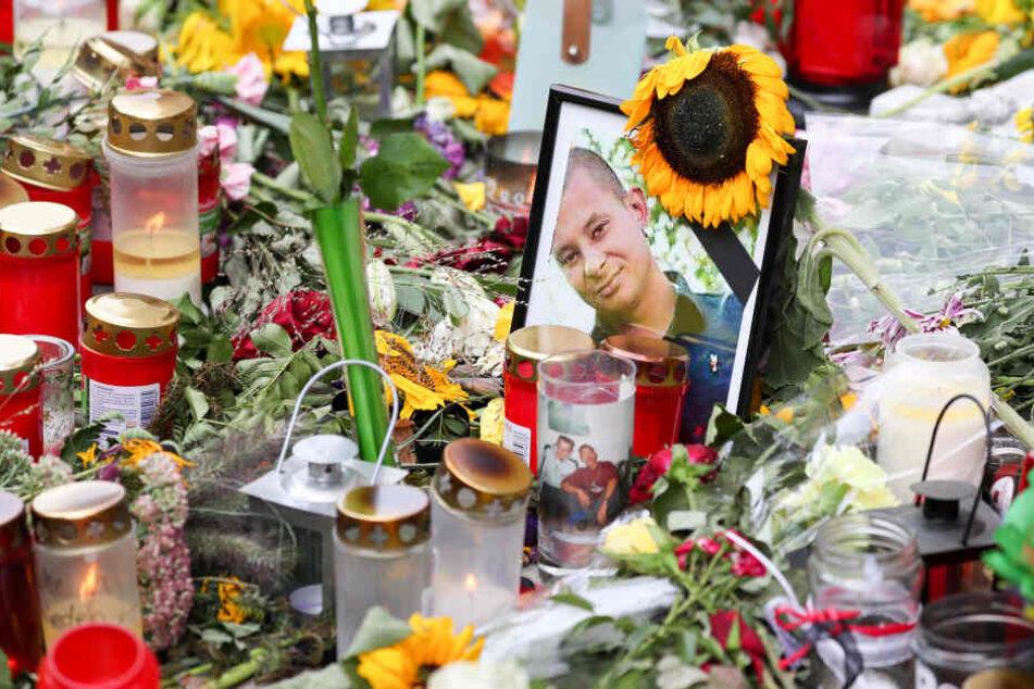 Nach dem gewaltsamen Tod von Daniel H. (†35) werden am Tatort in der Chemnitzer City Blumen niedergelegt und Kerzen angezündet.
