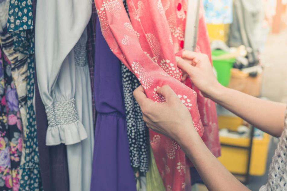 Ein Detektiv hatte die Frau beobachtet, wie sie mit vollen Taschen ein Geschäft verlassen wollte.
