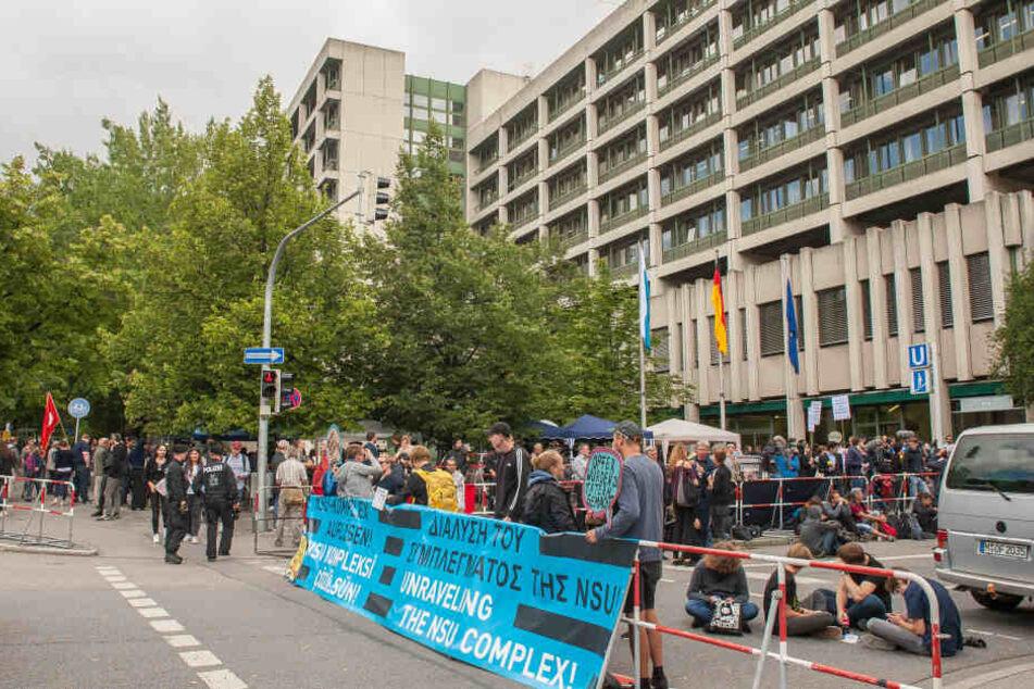 Auch vor dem Gerichtsgebäude wurden immer wieder Plakate gehisst, mit der Forderung den NSU-Komplex aufzulösen.