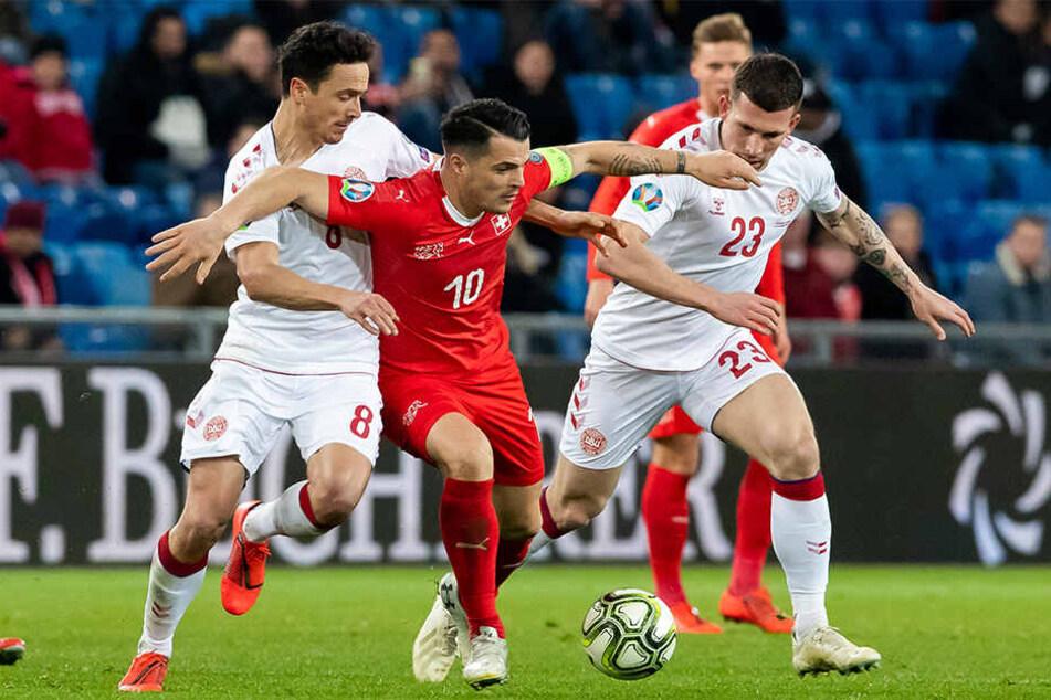 Granit Xhaka (M) lieferte erneut eine starke Partie ab: Hier beweist sich der Schweizer Mittelfeldchef im Zweikampf mit Dänemarks Thomas Delaney (l.) und Pierre Emile Höjbjerg (r.).