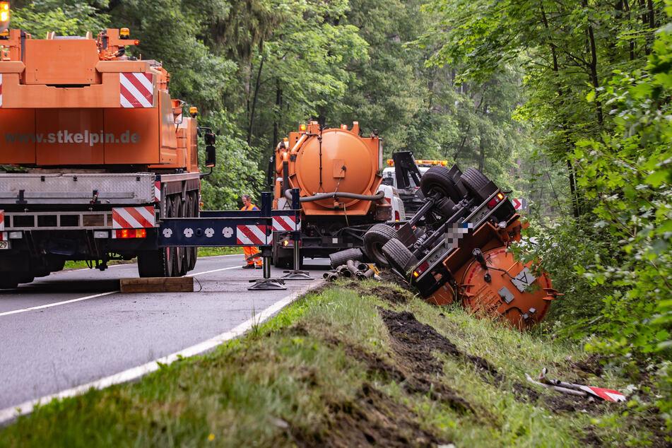 Der Hänger eines Entsorgungsfahrzeugs landete auf der Straße zwischen Tirpersdorf und Oelsnitz im Straßengraben.