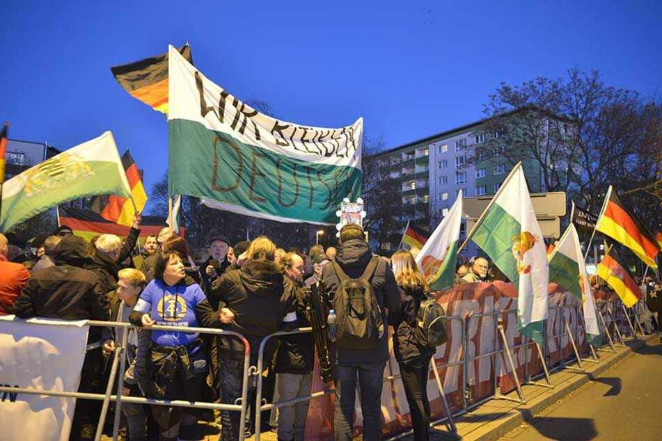 Etwa 2000 Demonstranten protestierten mit Pro Chemnitz gegen den Besuch der Bundeskanzlerin.