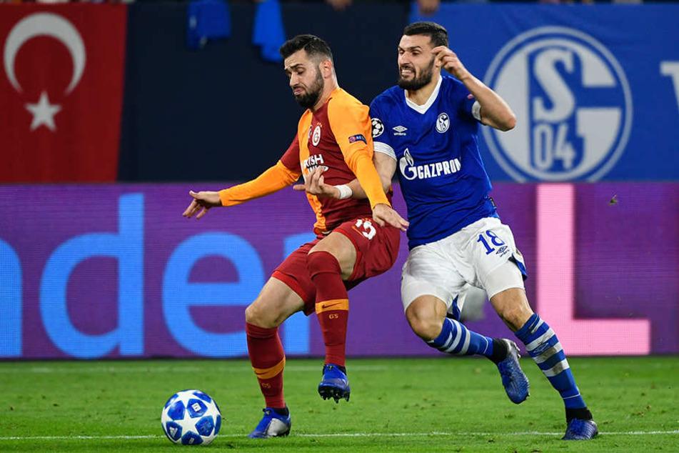 Daniel Caligiuri von Schalke im Zweikampf um den Ball mit Ömer Bayram (l.) von Galatasaray.