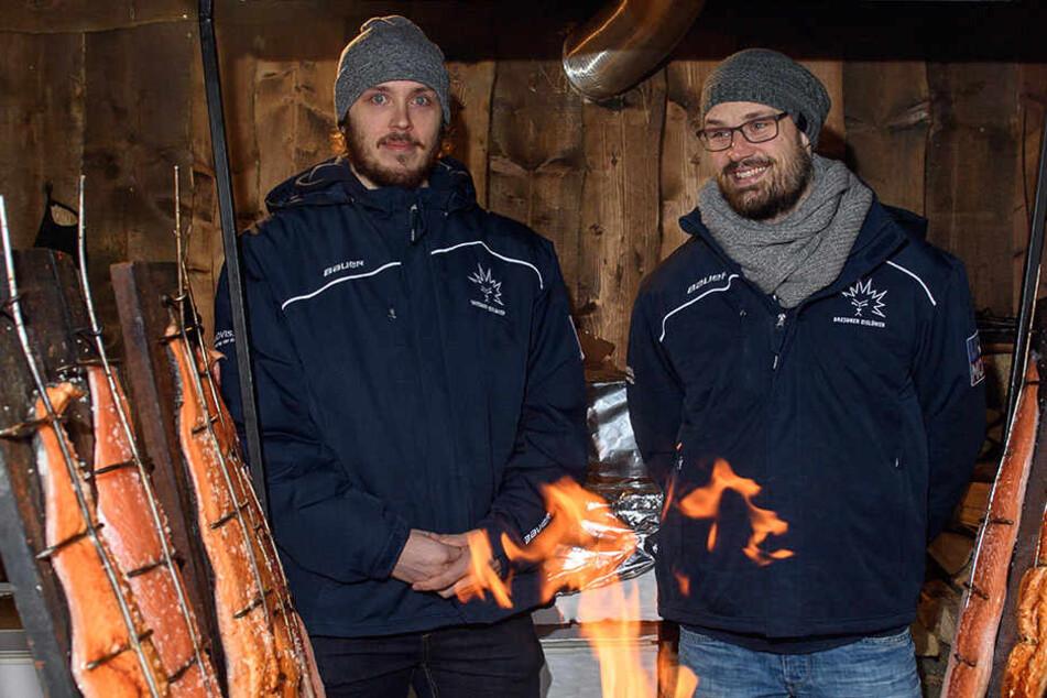 Am offenen Feuer bereiten beide Finnen auch in der Heimat den Lachs zu. Gegen Crimmitschau wollen die beiden den Eislöwen zum SIeg verhelfen.