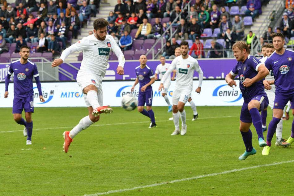 Der eingewechselte Stefan Schimmer nutzte eine Unachtsamkeit in der FCE-Hintermannschaft und erzielte mit diesem Volleyschuss den Ausgleich.