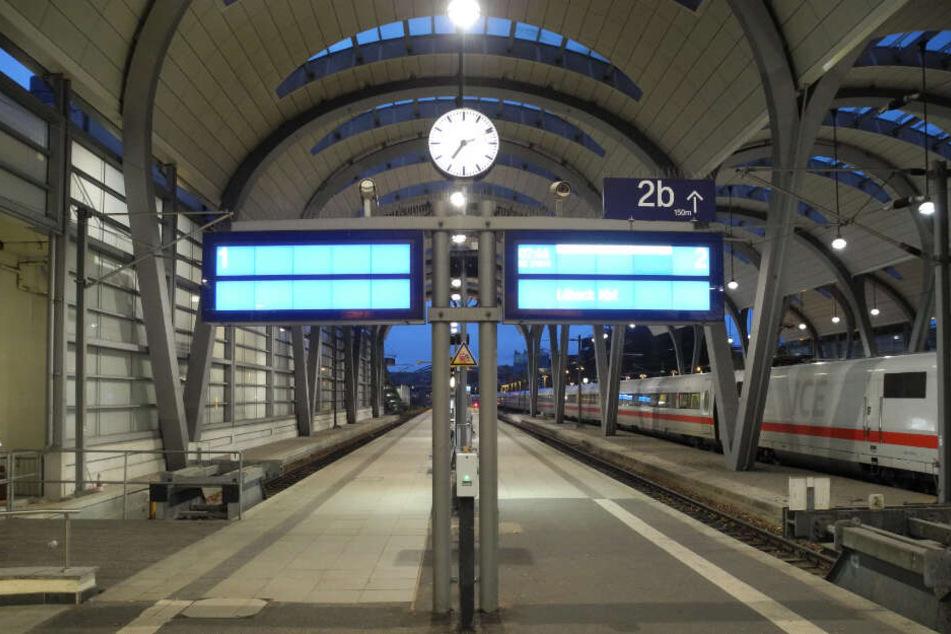 Der Kieler Hauptbahnhof ist nach der Bombendrohung wie leergefegt. (Symbolbild)