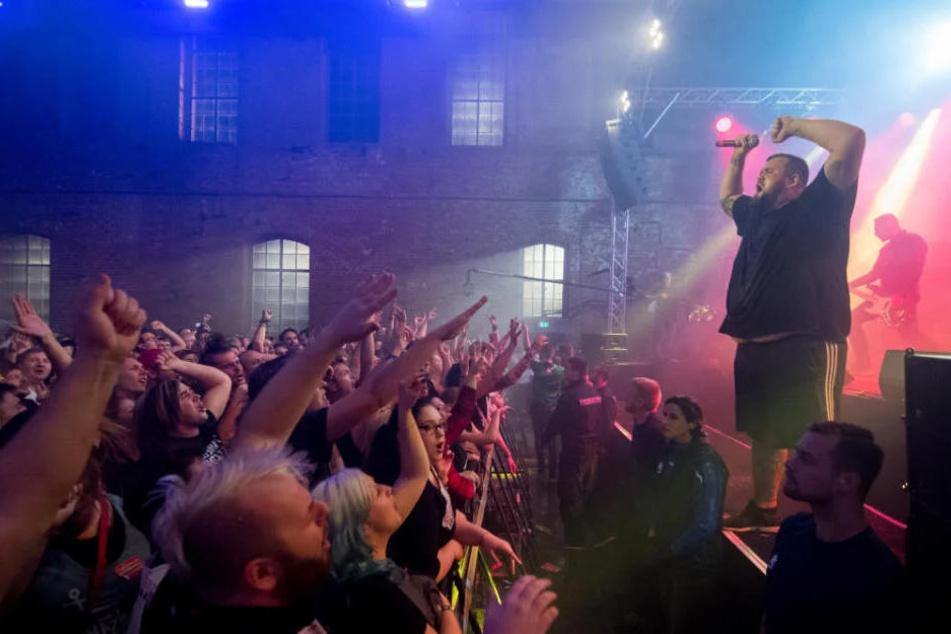 """Wie viele Menschen das Gebäude beim """"Feine Sahne Fischfilet""""-Konzert verlassen mussten, konnte die Polizei zunächst nicht sagen."""
