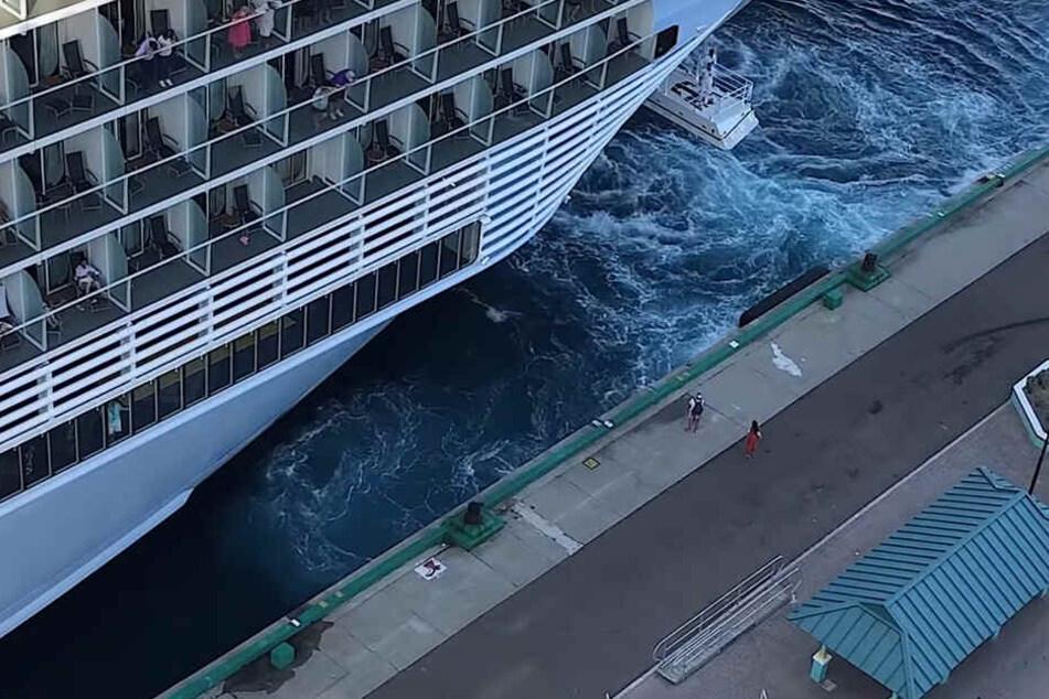 Doch die beiden haben kein Glück: Das Kreuzfahrtschiff läuft ohne sie aus!