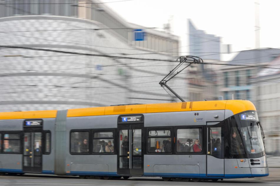 Der Straßenbahnfahrer wurde im Gesicht verletzt.