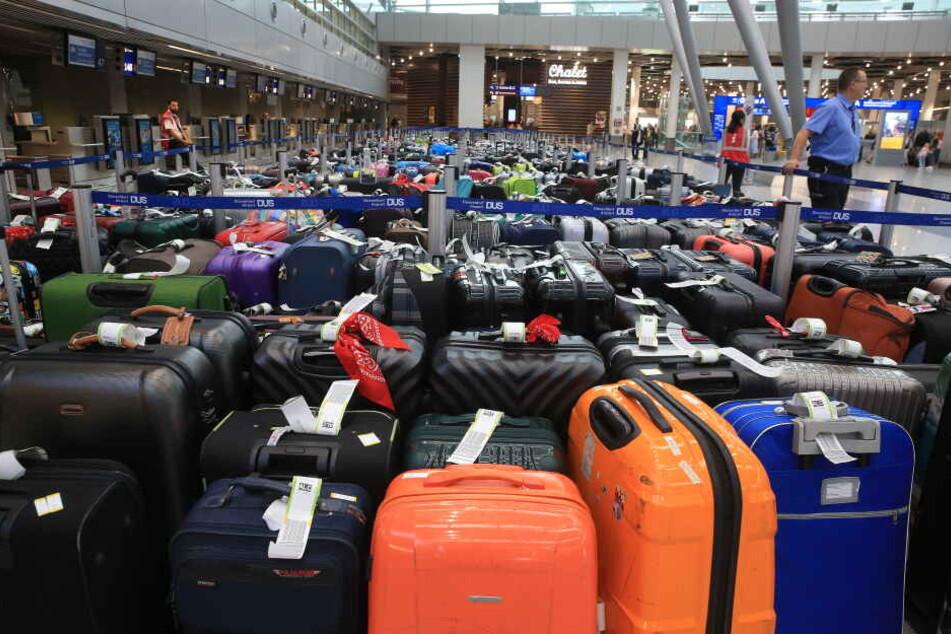 Großer Rückstau: Mehrere hundert Gepäckstücke stehen am Mittwochmorgen in der Abflughalle des Düsseldorfer Flughafens.