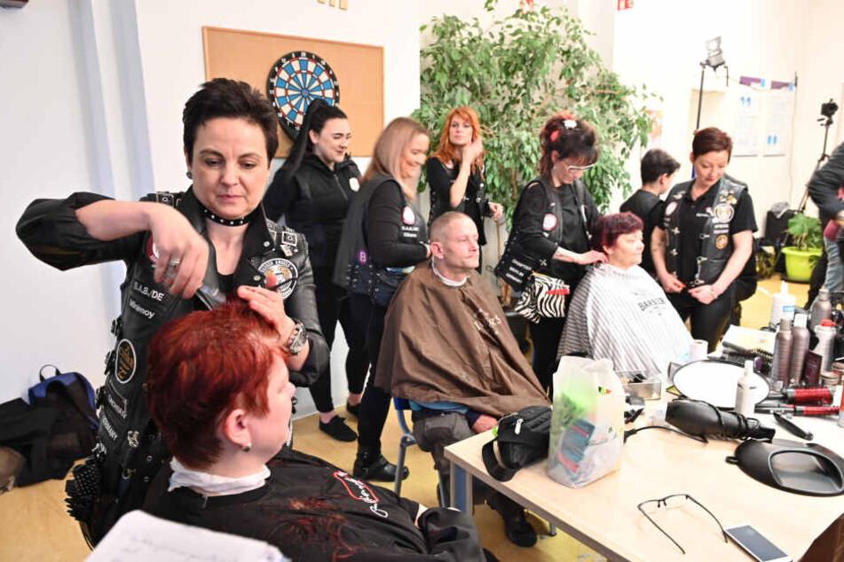 Kostenlose Haarschnitte und lockere Atmosphäre - das boten am Sonntag die Rocker-Friseure Bedürftigen erstmals in Chemnitz.