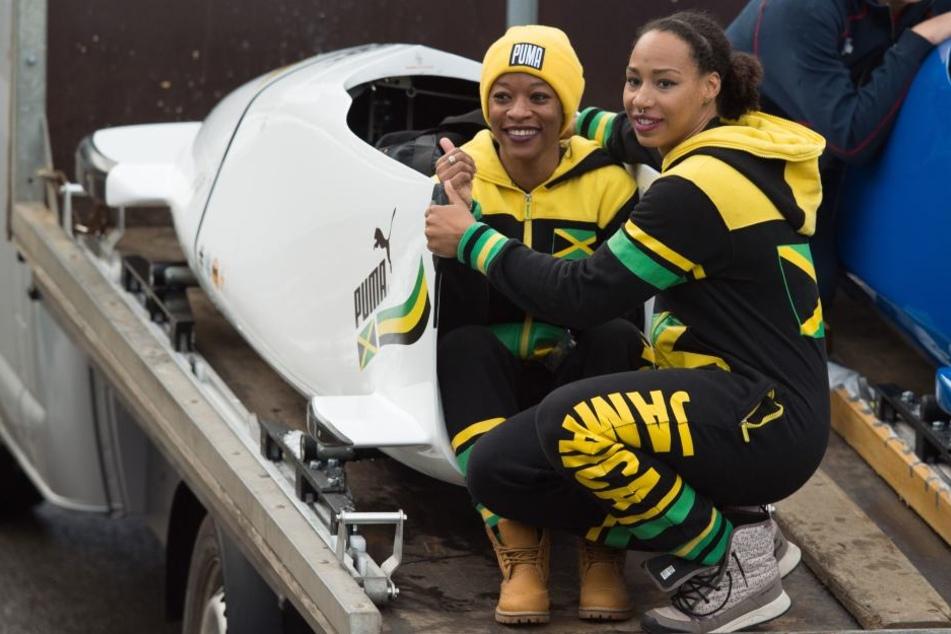 Audra Segree (l) und Jazmine Fenlator-Victorian beim Weltcup in Altenberg am 6. Januar. Sie fahren zu den Olympischen Spielen.