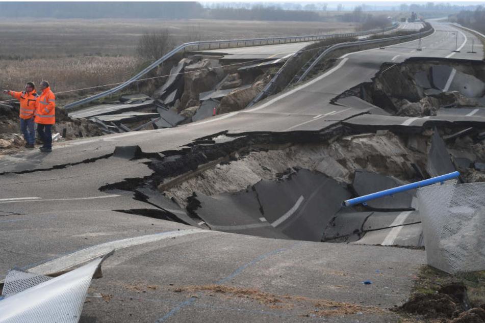 ei einem Pressetermin an der kaputten Autobahn A20 bei Tribsees (Landkreis Vorpommern-Rügen) schauen sich Arbeiter die Schäden an.