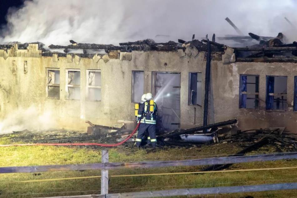 Die Scheunen brannten bis auf die Grundmauern nieder.