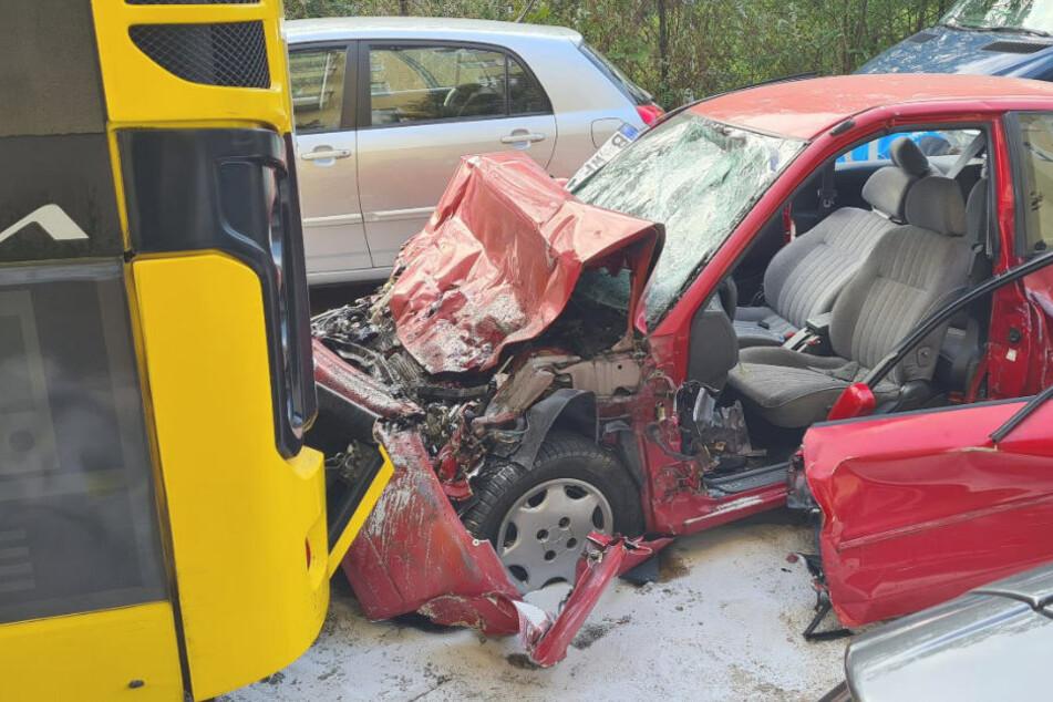 Am Montagmorgen ist in Berlin-Neukölln ein Mitsubishi in das Heck eines stehenden BVG-Busses gekracht. Durch die Folgen des heftigen Aufpralls starb der Pkw-Fahrer noch am Unfallort.
