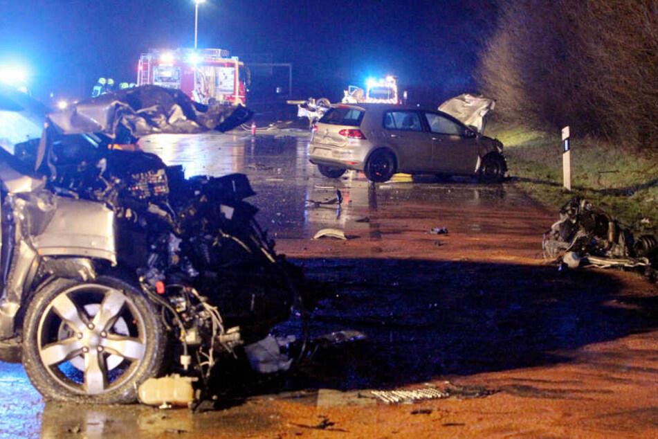 Die Unfallstelle glich einem Trümmerfeld.