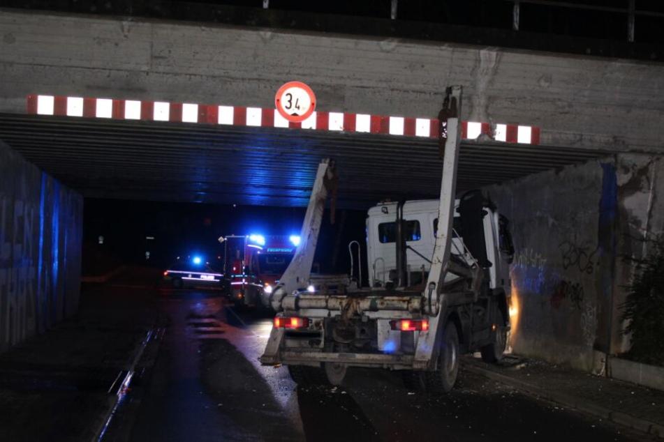 Der Lkw blieb unter der Brücke hängen.