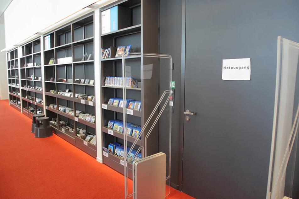 In der Bibliothek hängen noch etliche provisorische Zettel zur besseren  Orientierung aus.