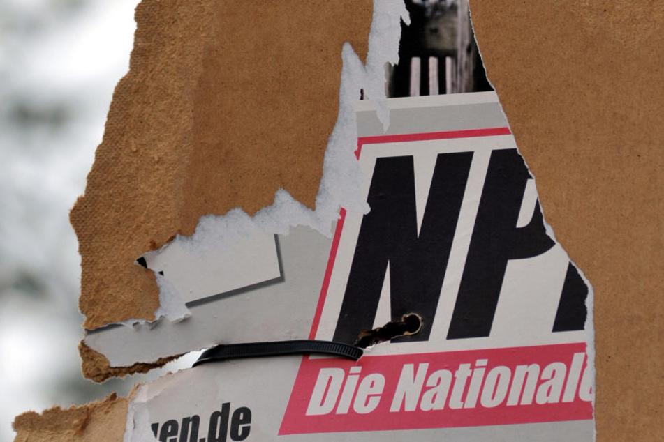 Ein zerrissenes Wahlplakat der NPD an einem Laternenmast in Weimar.