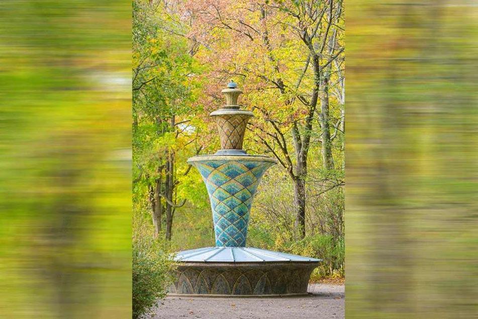 Wurde schon abgedreht: Der nachts sonst bunt leuchtende Mosaikbrunnen im Großen Garten ist bereits winterfest eingehaust.