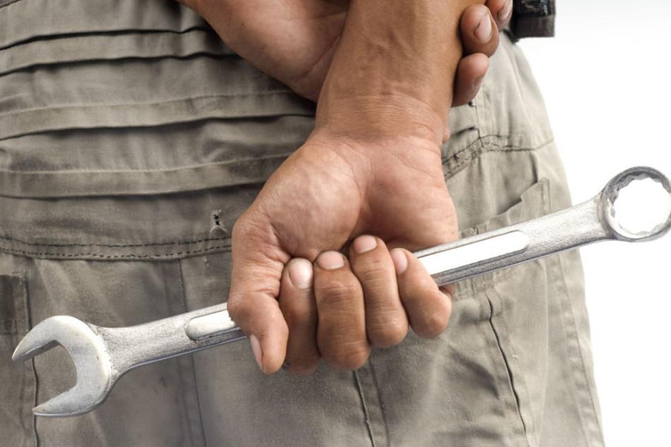 Im Streit hat der jüngere der beiden Männer zu einem Werkzeug gegriffen. (Symbolbild)