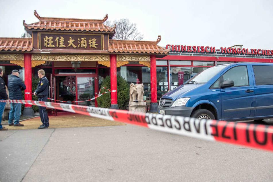 Ermittler der Polizei sichern in Backnang ein Asia-Restaurant, in dem zuvor die Leiche einer Frau gefunden worden war. (Archivbild)