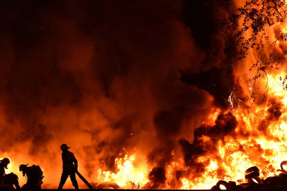 Warum die Lagerhalle samt Werkstatt am Abend Feuer fing, ist bisher noch ungeklärt. (Symbolbild)