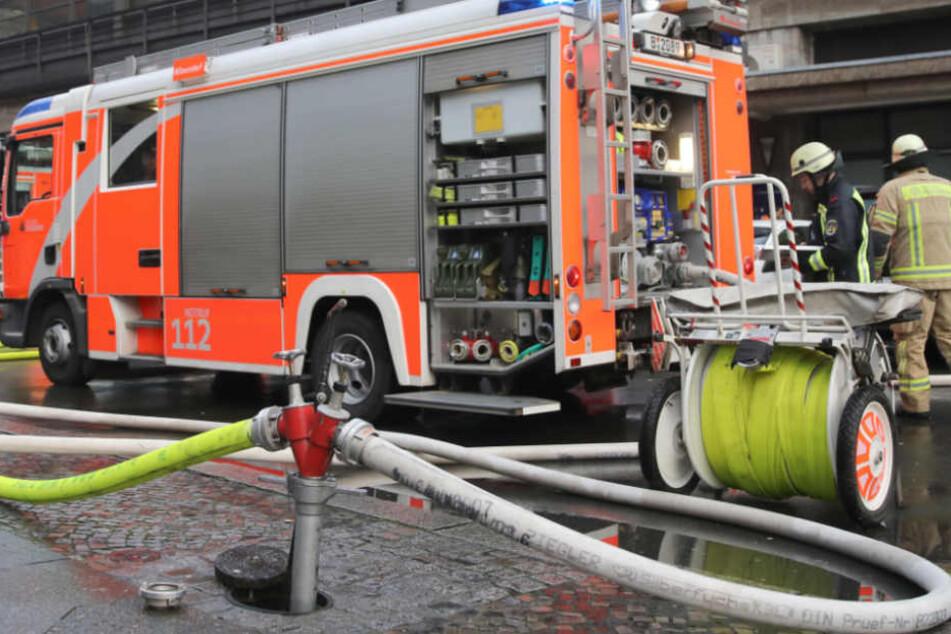 Einer der Feuerwehrmänner erlitt eine Rauvergiftung (Symbolfoto).