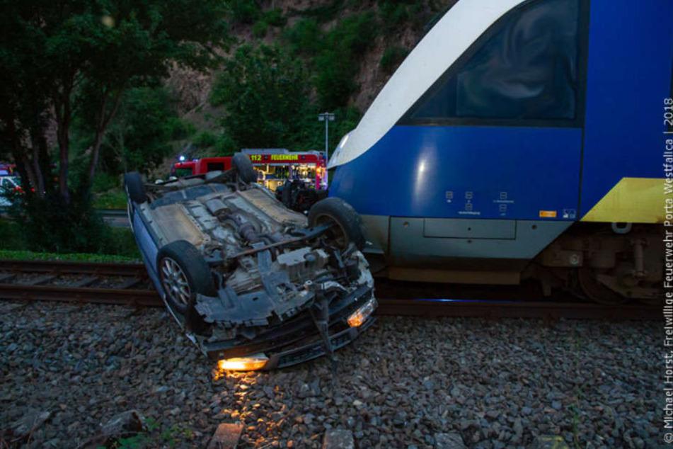 Das Auto landete auf dem Dach und blieb auf dem Bahnübergang liegen.