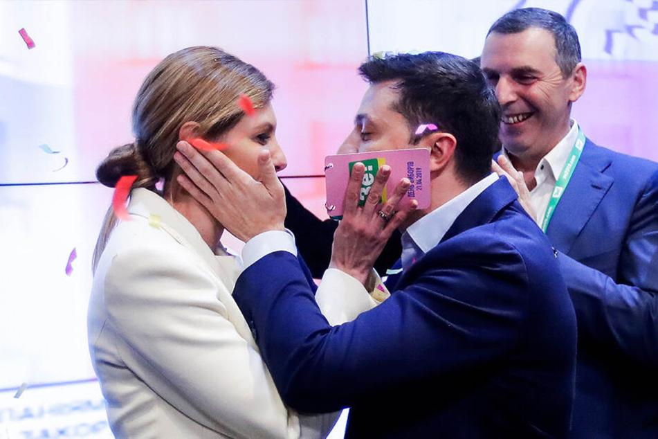 Wolodymyr Selenskyj und seine Frau Olena Selenska gratulieren sich gegenseitig im Hauptquartier.