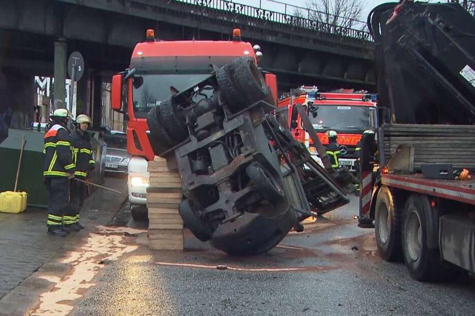 Brückencrash: Gabelstapler fliegt von Laster, S-Bahn gesperrt!