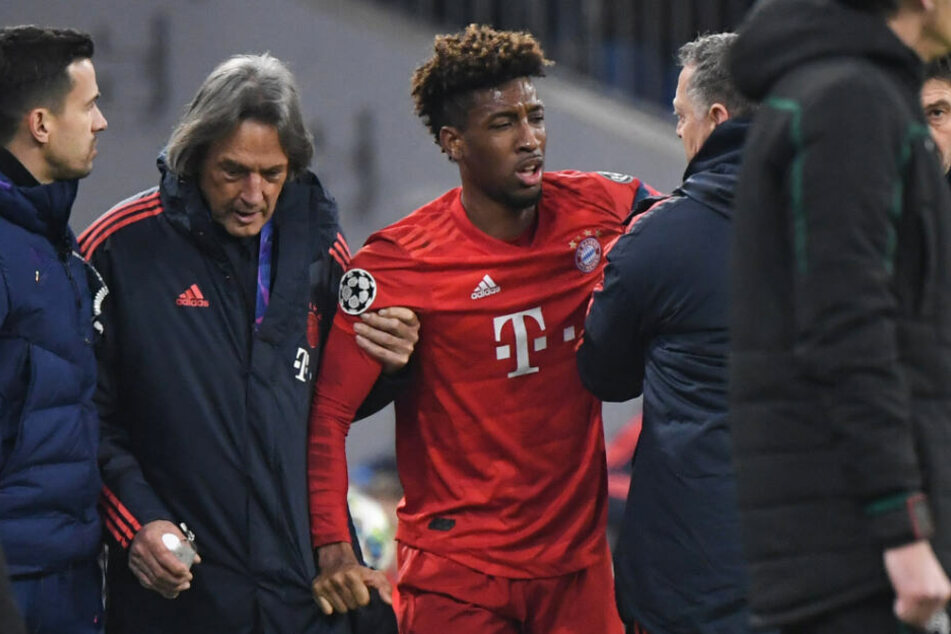 Kingsley Coman (M) vom FC Bayern wird von Mannschaftsarzt Hans-Wilhelm Müller-Wohlfahrt (2.v.l) verletzt vom Platz geführt.