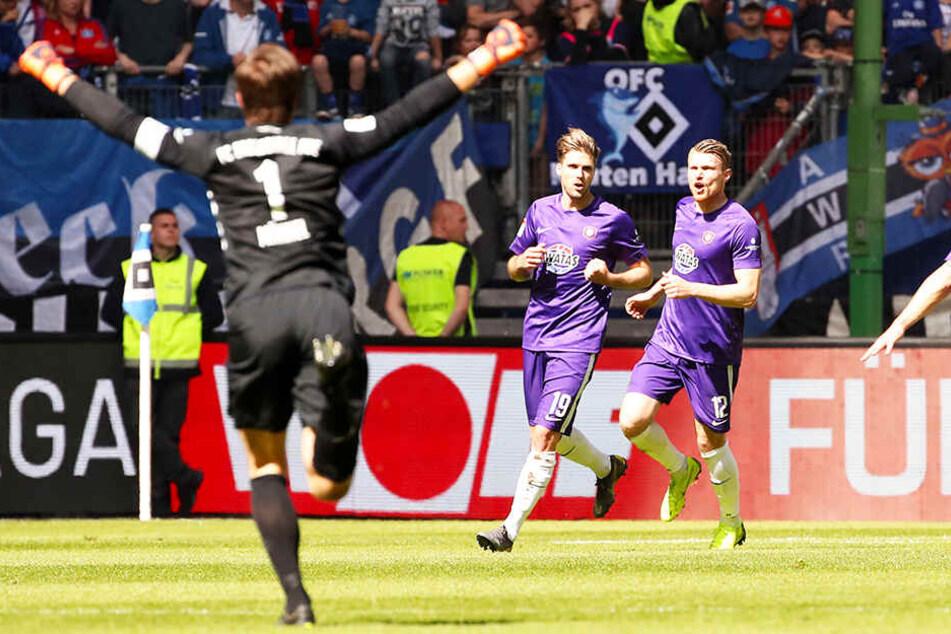 Martin Männel (l.) jubelt nach dem 1:0 für Aue durch Philipp Zulechner (M.). Am Ende hieß es 1:1.