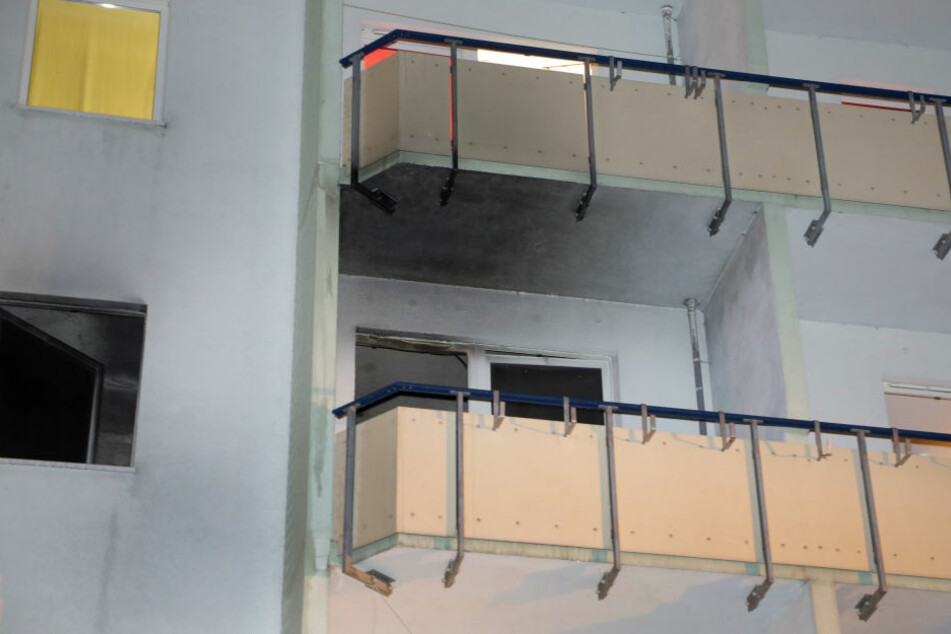 An Fenster und Balkon sind deutlich Rußspuren zu erkennen