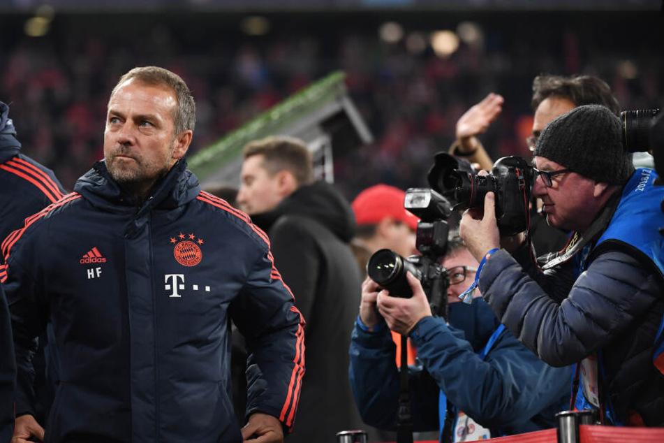 Interimstrainer Hansi Flick von München kommt ins Stadion und wird dabei von Fotografen umlagert.